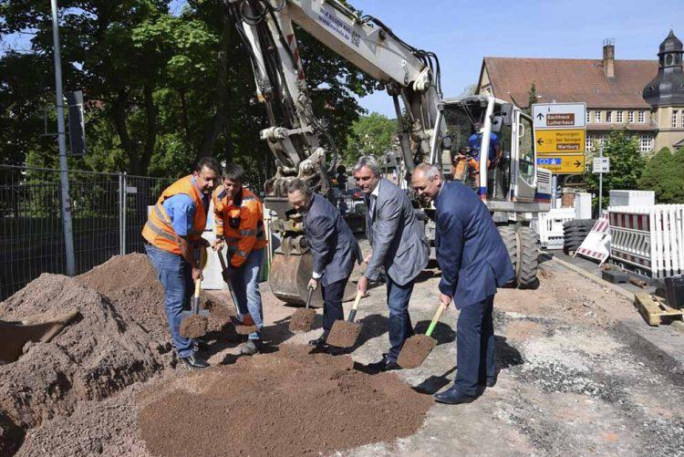 von links: Heiko Zimmermann und Thomas Gräfe (Firma Eurovia), Bürgermeister Dr. Uwe Möller, Peter Kahlenberg (Trink- und AbwasserVerband Eisenach-Erbstromtal, TAV) sowie Dieter Hesse (Planungsbüro Hesse)   Bildquelle: © Stadt Eisenach