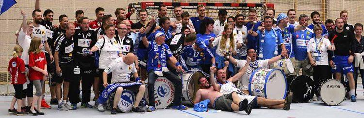 Mannschaft und mitgereiste Fans stellten sich nach dem Abpfiff zu einem Gruppenbild | Bildquelle: © Frank Arnold • sportfotoseisenach / ThSV Eisenach