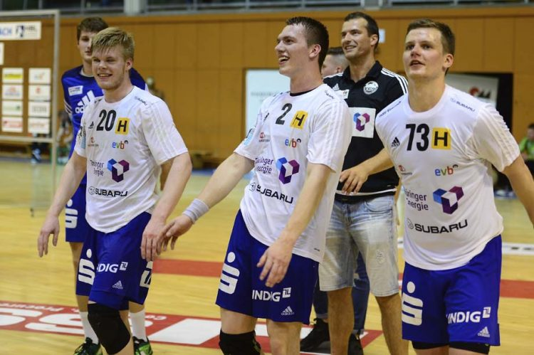"Youngster- Jubel: (v.l.) Thomas Bobe (18), Hannes Iffert (20), Toms Lielais (21) -dahinter ""Senior"" Duje Miljak (33)   Bildquelle: © Frank Arnold • sportfotoseisenach / ThSV Eisenach"