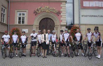 Wittenberger Radsportler vor dem Eisenacher Rathaus mit Oberbürgermeisterin | Bildquelle: © Stadt Eisenach