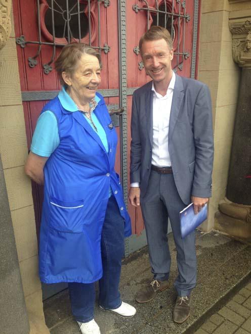 Rosemarie Werner und Raymond Walk vor Eisenbahnmuseum | Bildquelle: © Büro Raymond Walk
