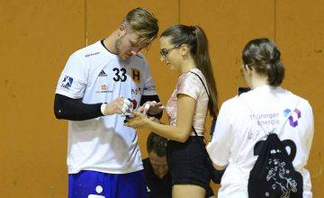 Justin-Mürköster-Autogramme sind bei jungen charmanten Mädels gefragt.   Bildquelle: © Frank Arnold • sportfotoseisenach / ThSV Eisenach