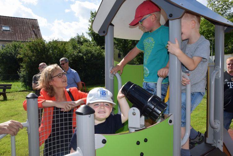 Oberbürgermeisterin Katja Wolf mit Hötzelsrodaer Kindern auf dem Spielplatz | Bildquelle: Stadt Eisenach