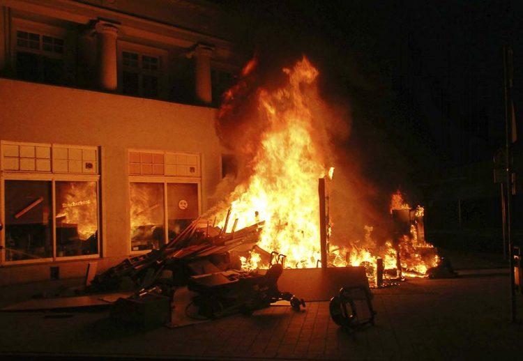 Eisenacher Berufsfeuerwehr löschte brennenden Sperrmüllhaufen   Bildquelle: © Stadt Eisenach