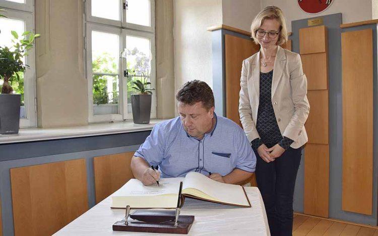 Litauische Verwaltungsleiter zu Besuch - Eintrag ins Gästebuch der Stadt | Bildquelle: © Stadt Eisenach