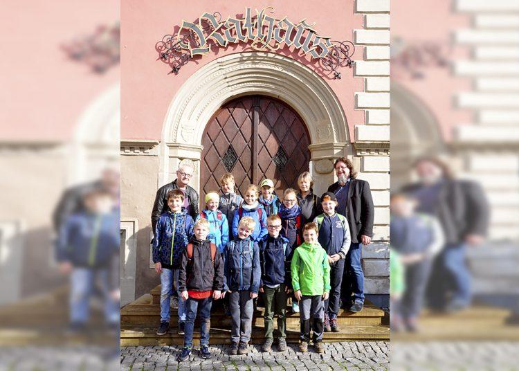 Gruppenfoto mit (links) Jochen Wolf, Thüringer Museum; rechts Kulturdezernent Ingo Wachtmeister mit Angela Senf (Museologin Thüringer Museum). | Bildquelle: © Stadt Eisenach