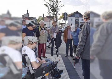 Busbahnhof - Oberbürgermeisterin Katja Wolf beim Test mit dem Blindenstock | Bildquelle: © Stadt Eisenach