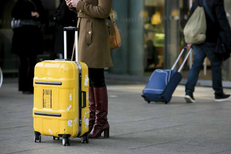 Hauptsache mal weg: Den Koffer packen und ab geht die Reise. Doch dabei zapft Vater Staat den Geldbeutel der Touristen ganz schön an ... | Bildquelle: © Tobias Seifert / BTW Bundesverband der Deutschen Tourismuswirtschaft