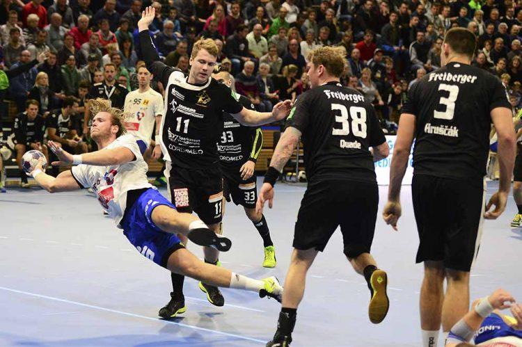 Justin Mürköster beim Torwurf in der BallsportArena | Bildquelle: © Frank Arnold • sportfotoseisenach / ThSV Eisenach
