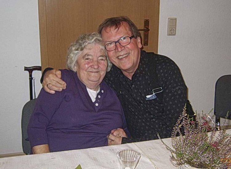 Das älteste Mitglied Olga Soßdorf (89 Jahre) mit dem Bereichsbeauftragten Fritz Matern   Bildquelle: © Landseniorenvereinigung Eisenach e.V.