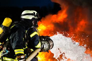 Berufsfeuerwehr löschte brennenden Transporter auf der A4