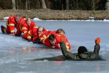 Rettung einer verunfallten Person mit einer Retterkette | Bildquelle: © Deutsche Lebens-Rettungs-Gesellschaft e.V. (DLRG)