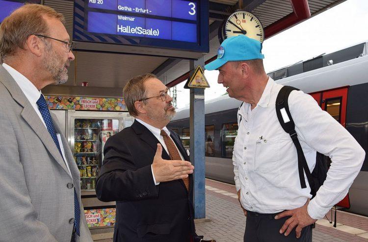 Begrüßung: v.r. Minister Wolfgang Tiefensee, Bürgermeister Dr. Uwe Möller, KVG-Geschäftsführer James Dürrschmid   Bildquelle: Stadt Eisenach