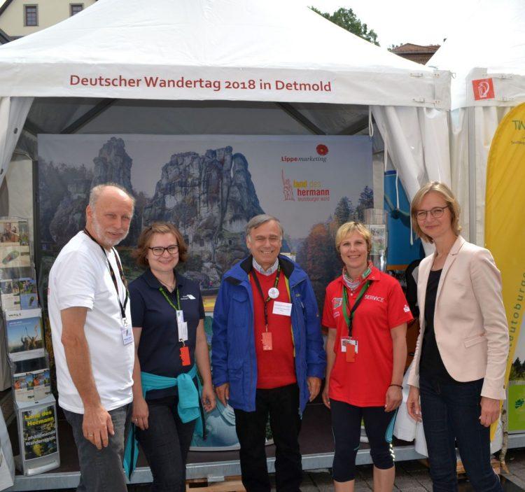 Oberbürgermeisterin Katja Wolf (rechts) mit Heidi Günther, Dr. Hans-Ulrich Rauchfuß und Silvia Röll (Bundesvorsitzende der Deutschen Wanderjugend) mit den Gastgebern des Wandertages 2018, Detmold. | Bildquelle: Stadt Eisenach