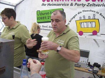 Thomas Senf servierte wohlschmeckenden Gerstensaft aus der Eisenacher Brauerei   Bildquelle: © Th. Levknecht