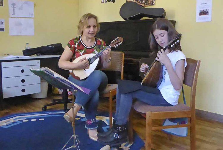 Mandolinen-Unterricht: Natalia Strathmann-Alencova und Elea Bätzel | Bildquelle: © Stadt Eisenach