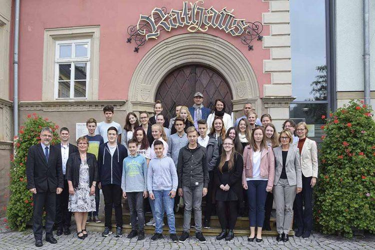 Gruppenbild: Schüler und Lehrer beider Gymnasien mit OB und Beigeordneten | Bildquelle: © Stadt Eisenach