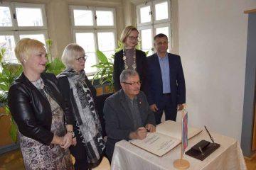 (von links): Heike Apel (ehrenamtliche Beigeordnete Stadt Eisenach), Elvira Kis, Sandor Kis, Oberbürgermeisterin Katja Wolf und Jànos Aros (Bürgermeister Sárospatak). | Bildquelle: © Stadt Eisenach