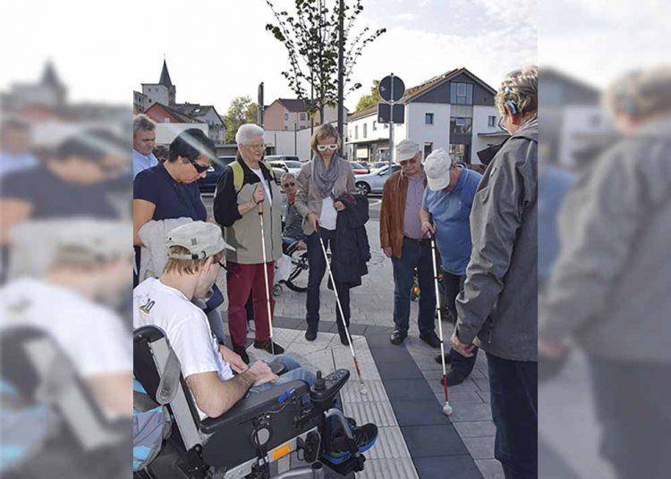 Busbahnhof - Oberbürgermeisterin Katja Wolf beim Test mit dem Blindenstock   Bildquelle: © Stadt Eisenach