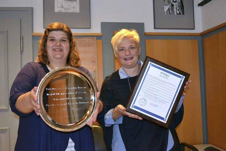 Heidrun Sachse (links) und Heike Apel mit Silberteller und Proklamation. | Bildquelle: © Stadtverwaltung Eisenach