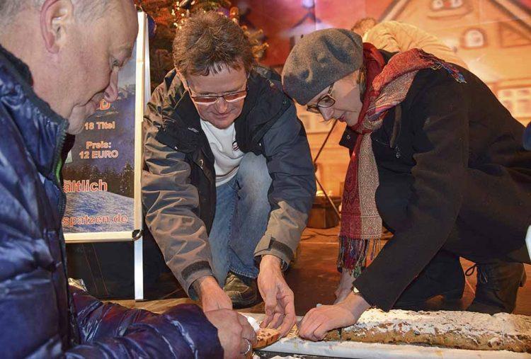 Oberbürgermeisterin Katja Wolf schneidet den Stollen an - mit Bäckermeister Axel Schnell und Henry Arzig   Bildquelle: © Stadt Eisenach