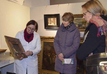 Gemälderestaurierung - Christine Machate zeigt OB K. Wolf (rechts) Gemäldekennzeichnung. | Bildquelle: © Stadt Eisenach