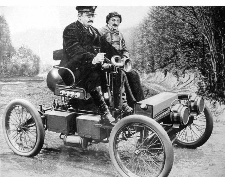 Gustav Ehrhardt mit einer Wartburg-Rennvoiturette 1899 beim Automobilrennen Innsbruck – München, daneben der Werksfahrer Fritz Kirchheim. | Bildquelle: © Archiv AWE - Stiftung , Eisenach