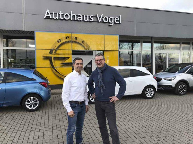 v.l. Sascha Schorr und Arnd Vogel vor dem Opel Autohaus in Erfurt   Bildquelle: © Autohaus Schorr GmbH