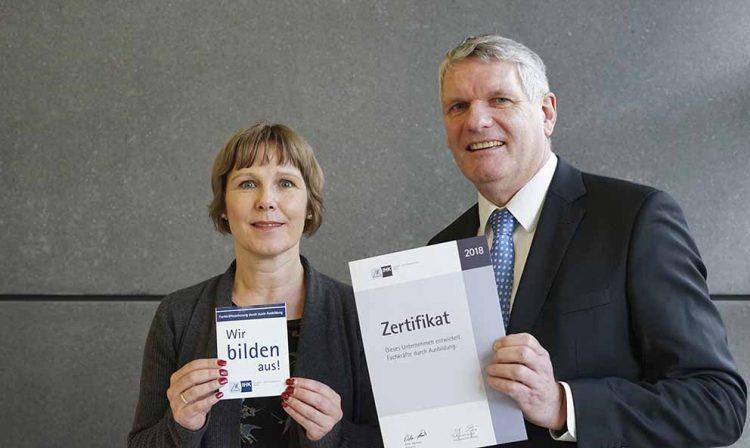 Heidi Günther von der Touristik GmbH und Thomas Fahlbusch von der IHK Erfurt mit IHK-Aktionsmaterial und Urkunde | Bildquelle: © Industrie- und Handelskammer Erfurt
