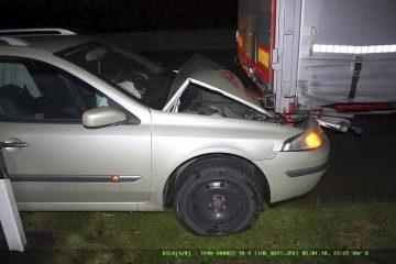 Auto verklemmt sich unter dem Anhänger des Lkws | Bildquelle: © Autobahnpolizeiinspektion Thüringen