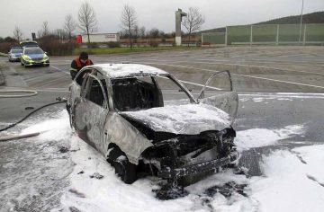 Ausgebranntes Auto auf dem Parkplatz | Bildquelle: © Autobahnpolizeiinspektion Thüringen