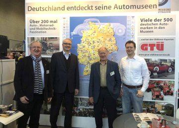 auf dem Bild v.l.n.r.: Hans-Holger Frenzel, Matthias Doht, Jürgen Kolle und Dennis Vöste auf dem Stand der Deutschen Museumsstraße in Bremen | Bildquelle: © AWE-Stiftung