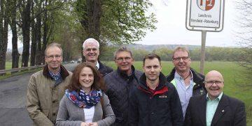 Gruppenfoto vom April 2017 an der Landesgrenze Hessen-Thüringen: Klaus Stein (2. Beigeordneter Gerstungen, CDU); Karina Fissmann (SPD-Unterbezirksvorsitzende Werra-Meißner-Kreis); Torsten Warnecke (MdL Hessen, SPD); Dieter Franz (MdL Hessen, SPD); Maik Klotzbach (SPD-Kreisvorsitzender Wartburgkreis); Armin Körzell (SPD-Fraktionsvorsitzender Wildeck); Udo Sauer (1. Beigeordneter Wildeck, SPD) | Bildquelle: © SPD Wartburgkreis