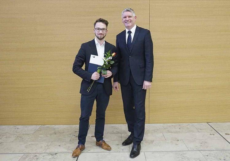 Kevin Kiessbauer und IHK-Abteilungsleiter Thomas Fahlbusch (re.)   Bildquelle: © Industrie- und Handelskammer Erfurt