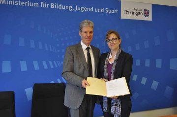 Zu sehen sind Minister Helmut Holter sowie Susanne Becker, von der BARMER Landesvertretung Thüringen. Sie leitet den Bereich Prävention. | Bildquelle: © BARMER/Robert Büssow