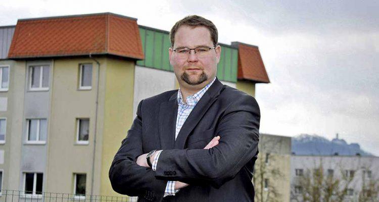 Christoph Ihling (CDU) kandidiert in Eisenach für das Amt des Oberbürgermeisters und will sich besonders um attraktiven Wohnraum kümmern. Im Bild steht er in Eisenach-Nord, von wo man auch einen guten Blick zur Wartburg hat. | Bildquelle: © Konopka