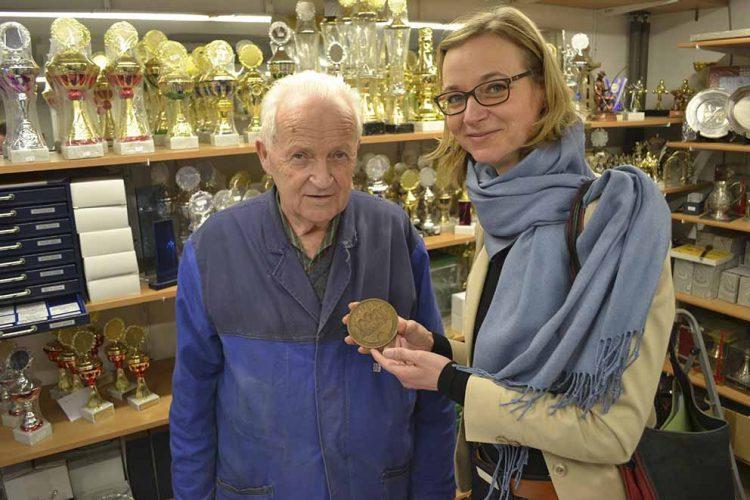 Horst Walther zeigt Oberbürgermeisterin Katja Wolf eine von ihm gravierte Medaille. | Bildquelle: ©  Stadt Eisenach