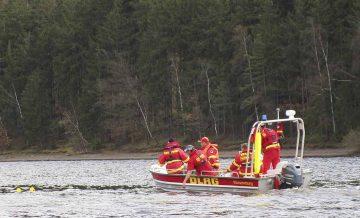 Ein Hochwasserrettungsboot der DLRG beim Absuchen des Hohenwarte-Stausees nach verunfallten Personen. | Bildquelle: © Ralf Michael Gölzner/ DLRG Thüringen