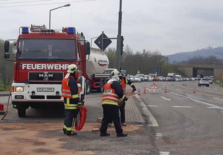 Feuerwehrleute reinigen Ampelkreuzung - Zufahrt zur Stadtautobahn EA-Mitte   Bildquelle: © Stadt Eisenach
