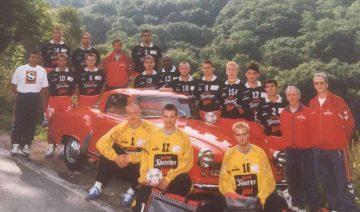 Mannschaftdsfoto ThSV Eisenach 1997/98 mit Andreas Schwabe (links hinten mit roter Jacke) | Bildquelle: © Archiv Th. Levknecht / ThSV Eisenach