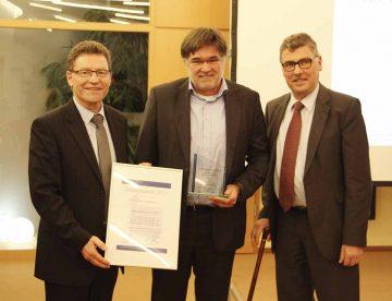 Preisträger für die beste Innovation HK –Elektronik GmbH aus Wutha-Farnroda. Fotov .l. Jürgen DAwo, Martin Eibl , Landrat Reinhard Krebs | Bildquelle: © EKA e.V.