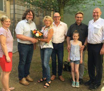 | Bildquelle: Herr und Frau Neumann mit Schulleiter, Schülerin Lydia und Unterstützern der Schule