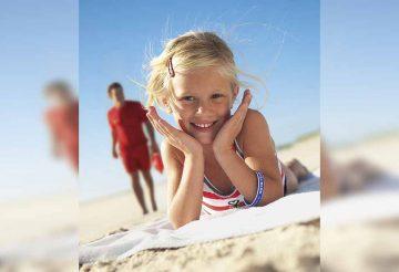 Ein Kindersuchband erhöht nicht nur die Sicherheit, es sieht auch noch schick aus. | Bildquelle: © DLRG/NIVEA
