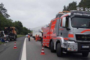LKW rast ungebremst in Verkehrssicherungsanhänger