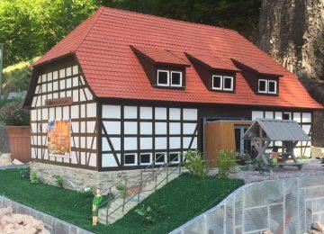  Bildquelle: Die Scheune des WIldkatzendorfs Hütscheroda bekommt seine eigene Miniaturabbildung