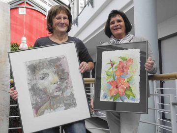 links Monika Kitschke, rechts Manuela Koszycki beim Aufbau der Ausstellung | Bildquelle: © Landratsamt Wartburgkreis