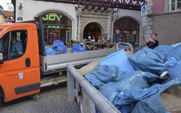Müllcontainer und Wagenladung vor dem Rathaus | Bildquelle: © Stadt Eisenach