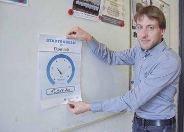 Thomas Göpfert (Abteilungsleiter IT/Stadtverwaltung Eisenach) radelte 472,9 Kilometer beim Stadtradeln und hängte heute die STADTRADELN-Uhr mit dem aktuellen Kilometerstand und der entsprechenden Kohlenstoffdioxid-Einsparung im Rathaus auf. | Bildquelle: © Stadt Eisenach