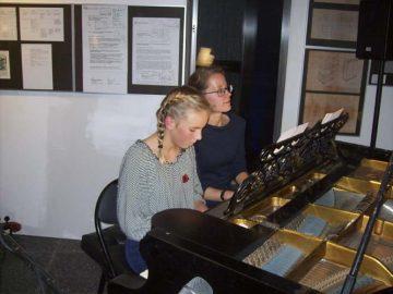 Helena Böhm und Musiklehrerin Gabriele Scharfenberger | Bildquelle: © Th. Levknecht