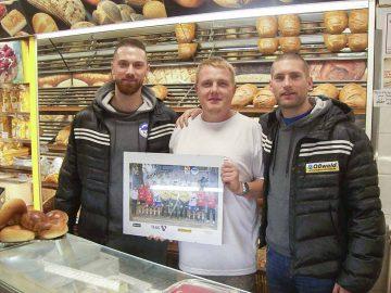 Alexander Saul, Bäckermeister Sebastian Kluge und Marcel Schliedermann inmitten frischer duftender Brote | Bildquelle: © Th. Levknecht